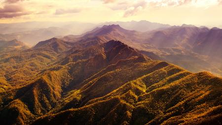 hojas de arbol: Vista a�rea de la hermosa sierra con la luz del sol caliente. Foto de archivo