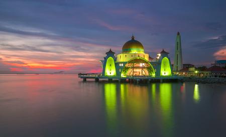 Malacca海峡清真寺Masjid Selat Melaka是位于马六甲镇的马六甲岛的清真寺,马来岛州,马来西亚在日落期间