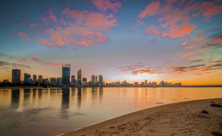 cisnes: Australia Occidental - Sunrise Vista de Perth Horizonte de Swan River Foto de archivo