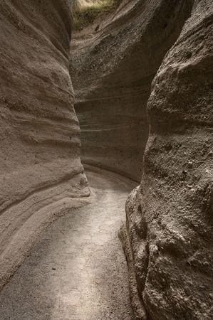 Exotische en natuurlijke geologische formatie. Erosie heeft gevormd van een pad door de kalk rotsen en gesneden van het patroon in dit landschap. Nationaal park van de pap-Katuwe Tent Rock. New Mexico.