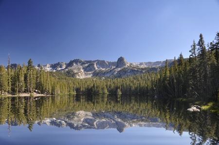 inyo national forest: Lagos Mammoth, en California. Lago Mamie muestra las reflexiones de la cordillera de Sierra Nevada.