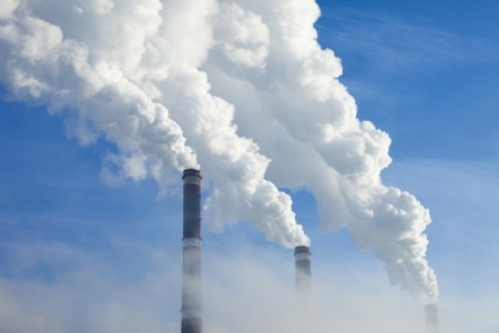 エネルギー産業の近くの寒い冬の朝