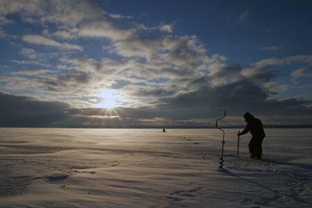 Winter ijzige ochtend vissen op de rivier
