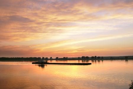 brightest: tramonto pi� luminoso sul fiume. incandescente nuvole Archivio Fotografico