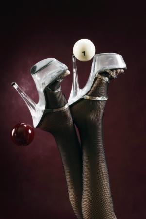 close-up van vrouwelijke benen in kousen en schoenen en biljartballen studio