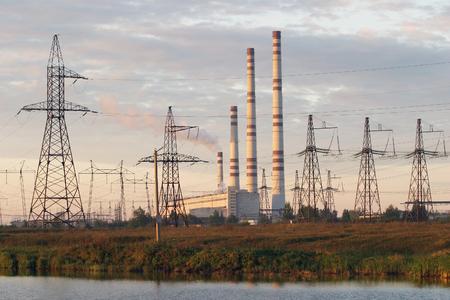 paesaggio industriale: paesaggio industriale Centrale idroelettrica e linee elettriche al tramonto Archivio Fotografico