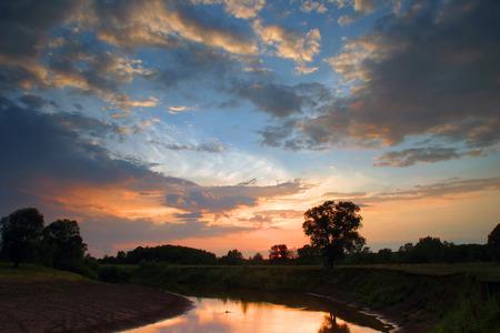 zonsondergang op de rivier in het midden van de zomer Stockfoto