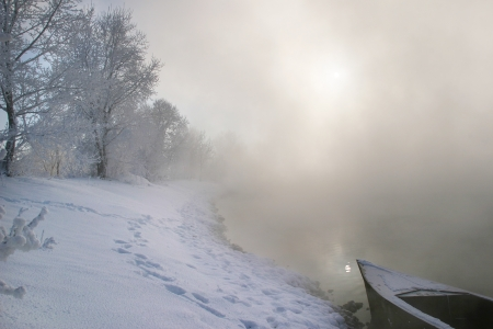 winterlandschap mistige ochtend op de rivier bij zonsopgang