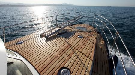 zeegezicht boot op volle zee heldere zonnige dag