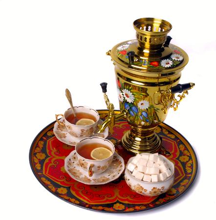 Samovar staande op een tafel met twee kopjes thee