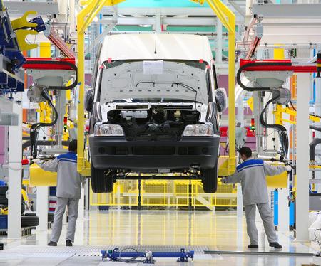 asamblea: l�nea de montaje automatizada moderna para los coches