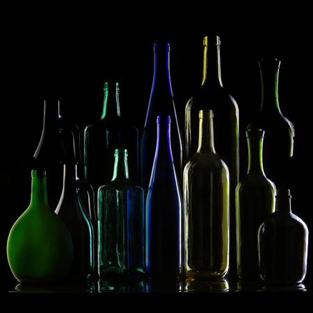 different shapes: close-up raccolta di belle bottiglie colorate di diverse forme su uno sfondo nero studio