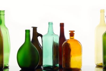 different shapes: close-up raccolta di belle bottiglie colorate di diverse forme su uno sfondo bianco studio