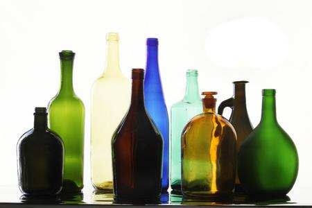 different shapes: close-up raccolta di belle bottiglie colorate di forme diverse su uno studio bianco