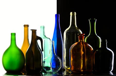 different shapes: primo piano raccolta di belle bottiglie colorate di forme diverse su uno sfondo bianco e nero in studio Archivio Fotografico