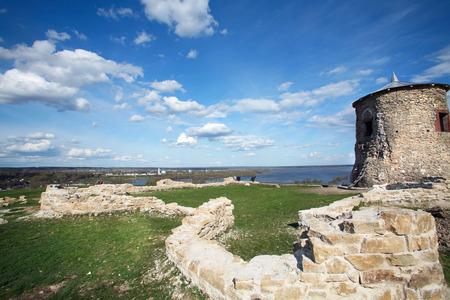 Toren van oude Bulgaarse vesting op een hoge rots aan de oever van de rivier de Kama zonnige lentedag
