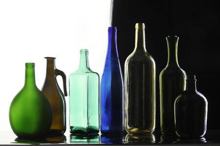different shapes: close-up raccolta di belle bottiglie colorate di diverse forme su uno sfondo bianco e nero