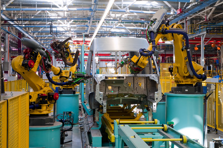 robot: línea de montaje automatizada moderna para los coches