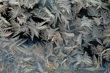 macro mooie ingewikkelde patronen van de vorst op het glas in een koude winter dag