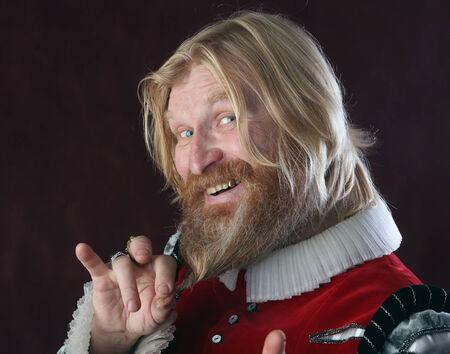 Fra Cipolla e la penna dell'Arcangelo Gabriele 28816897-close-up-ritratto-di-un-maschio-adulto-con-i-capelli-lunghi-barba-bionda-e-baffi-in-costume-medieval