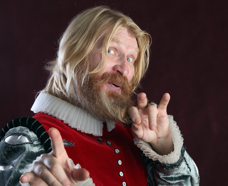 close-up portret van een volwassen man met lang blond haar baard en snor in middeleeuws kostuum studio op een achtergrond van Bourgondië