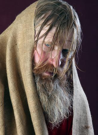 close-up portret van het gezegend met een lange baard en een snor en natte blonde haren in een rood shirt studio