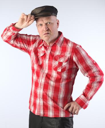 chemise carreaux: close-up portrait de l'homme adulte blanc chauve dans une chemise � carreaux rouge et un studio de capuchon noir