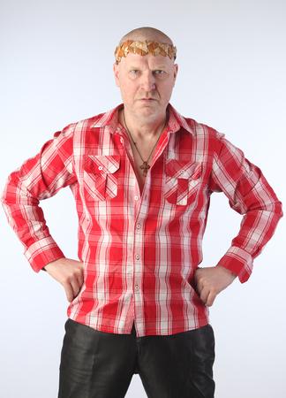 chemise carreaux: Close-up portrait de l'homme blanc chauve adulte dans une chemise � carreaux rouge et un studio de capuchon noir