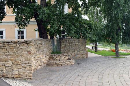 adoquines: paisaje urbano acogedor patio, revestida con muro de piedra y adoquines d�a de verano Foto de archivo