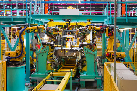 lopende band: interieur van de moderne geautomatiseerde assemblagelijn voor auto's in tijdens de werking Stockfoto