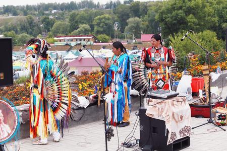 Yelabuga, Rusia - 03 de agosto 2014: Rendimiento de Wuauquikuna de Ecuador en la Feria Anual de Spasskaya en la Shishkin Estanques en Yelabuga. Editorial