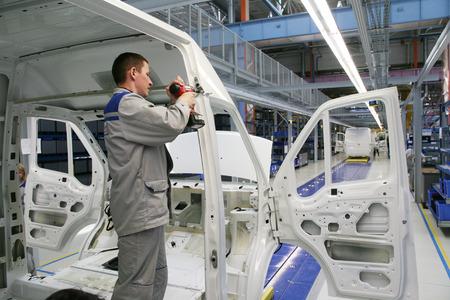 """옐 라부가, 러시아 - 2008년 5월 16일 : 2008 년 5 월 특별 경제 구역 """"Alabuga""""에서 발사체 조립 라인 컨베이어 공장 SOLLERS-ELABUGA 에디토리얼"""