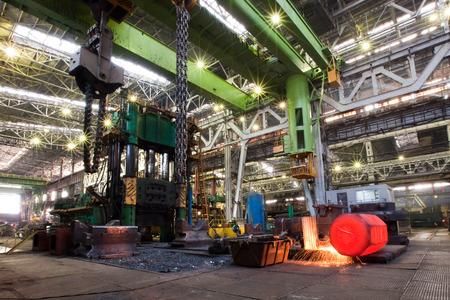 "Ekaterinburg, Rusland - 1 februari 2013: een sightseeing tour van de fabriek zware industrie ""Oeralmasj"", interieur winkels, 1 februari 2013"
