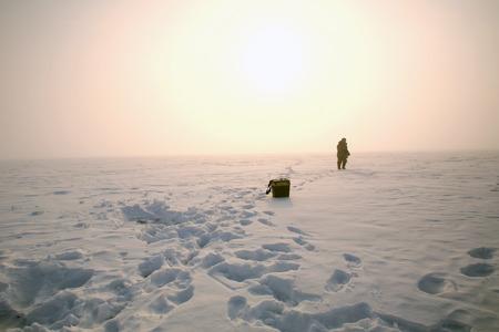 pescador: invierno paisaje pescador en el r�o en la madrugada helada ma�ana de niebla
