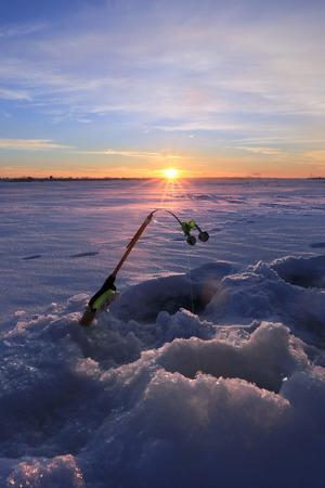 Winterlandschaft der Stab auf dem Fluss in der Nähe von Loch bei Sonnenuntergang