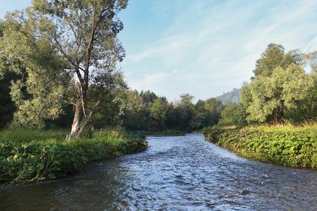 Sommerlandschaft nebligen Morgen auf dem Fluss in den Ural und der Eisenbahn entlang der Küste Lizenzfreie Bilder