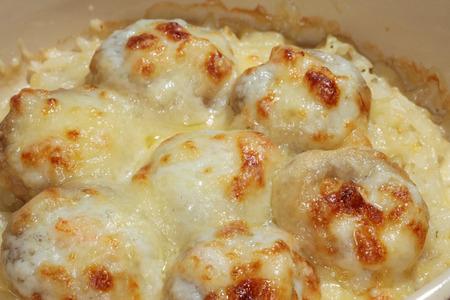Makro leckere Fleischbällchen in einer cremigen Sauce gebacken