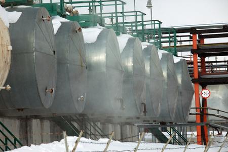 paesaggio industriale: Paesaggio invernale industriale raffineria di petrolio nella foresta