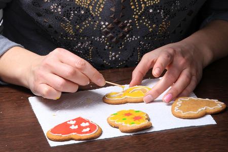 galletas de jengibre: primer plano del proceso de galletas de jengibre pintados a mano Foto de archivo