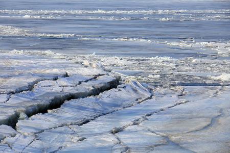 calentamiento global: paisaje hielo a la deriva en el r�o en la primavera en un d�a soleado Foto de archivo