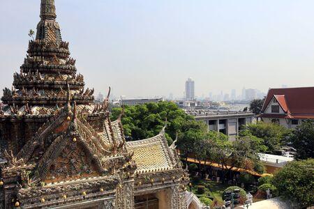 the rising sun: BANGKOK, Tailandia - 15 de diciembre 2014: Wat Arun (Templo del Amanecer) Templo deriva el nombre del dios hindú Aruna, personificada como las radiaciones del sol naciente. Editorial