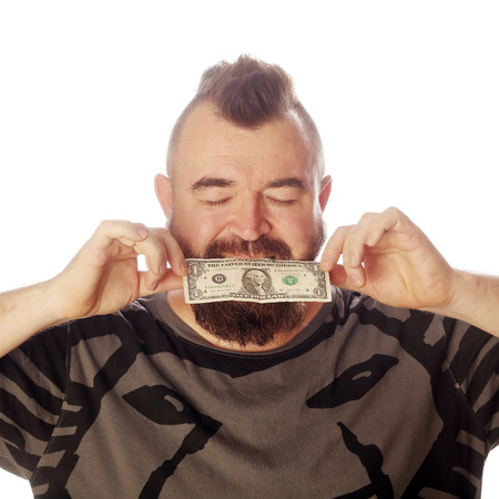 close-upportret van een mens met geld in zijn mond op een witte studio als achtergrond