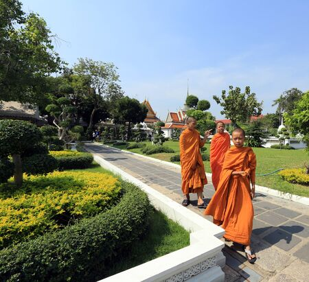the rising sun: BANGKOK, Tailandia - 15 de diciembre 2014: Wat Arun templo del templo del amanecer se deriva el nombre del dios hindú Aruna, personificado como las radiaciones del sol naciente. Editorial