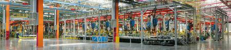 asamblea: Yelabuga, Rusia - 05 de mayo 2008: Interior de la nueva tienda de soldadura Sollers fábrica coche cadena de montaje