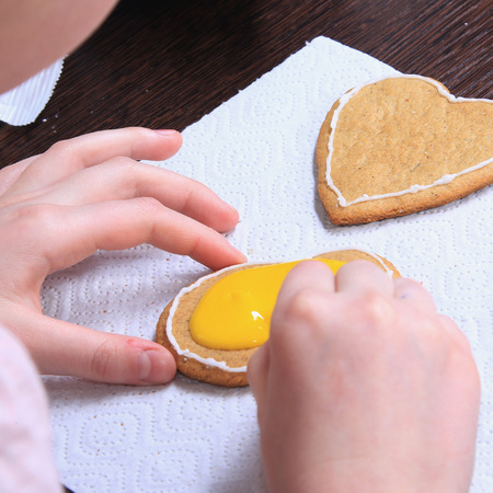 galletas de jengibre: close-up of the process of hand-painted ginger cookies