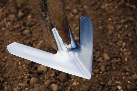 agricultura: primer plano de la maquinaria agr�cola, arado de metal en el campo durante la temporada de siembra de primavera