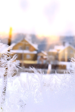 日光光線の樹氷のテクスチャ背景ウィンドウをクローズ アップ 写真素材 - 71337811