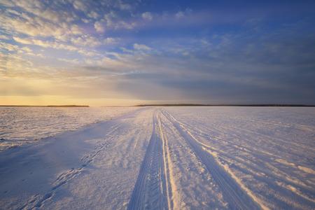 겨울 풍경 눈 덮인 필드 위에 화려한 일출