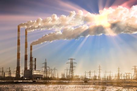 contaminacion del agua: winter landscape smoke from the chimneys Zainsk TPP against the blue sky frosty misty morning Foto de archivo