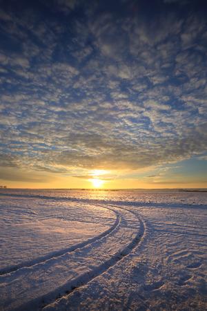 Paesaggio invernale colorato alba sul campo coperto di neve Archivio Fotografico - 71416558